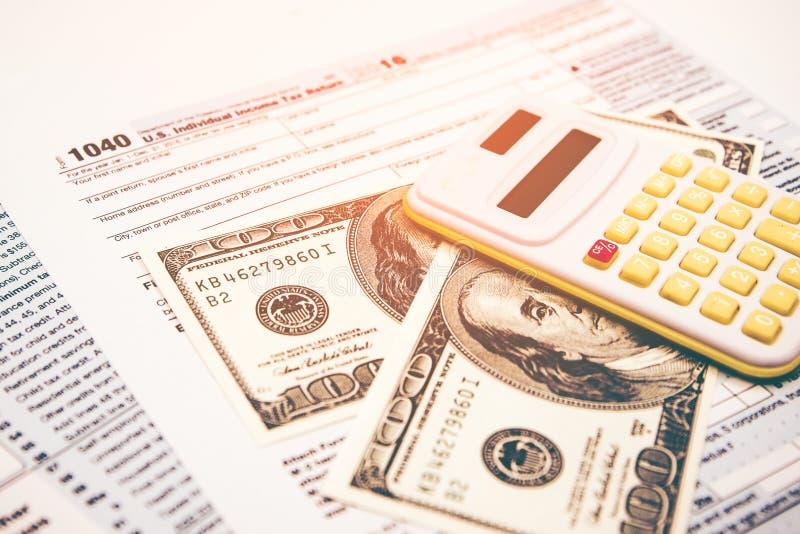 Het berekenen aantallen voor inkomensbelastingaangifte royalty-vrije stock foto