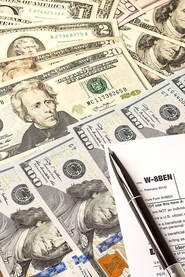 Het berekenen aantallen voor inkomensbelastingaangifte met pen royalty-vrije stock afbeeldingen