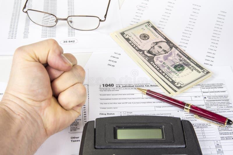 Het berekenen aantallen voor inkomensbelastingaangifte met pen, glazen en calculator royalty-vrije stock afbeeldingen