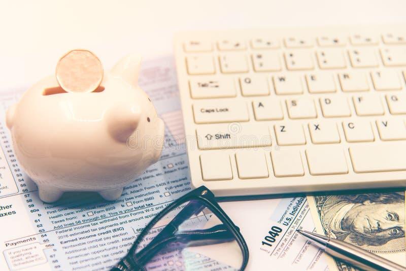 Het berekenen belasting voor inkomensbelastingaangifte voor besparingsbelasting, doel voor sparen muntstuk in het spaarvarken royalty-vrije stock afbeeldingen
