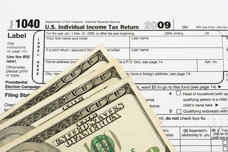 Het berekenen van uw belastingsterugbetaling stock foto