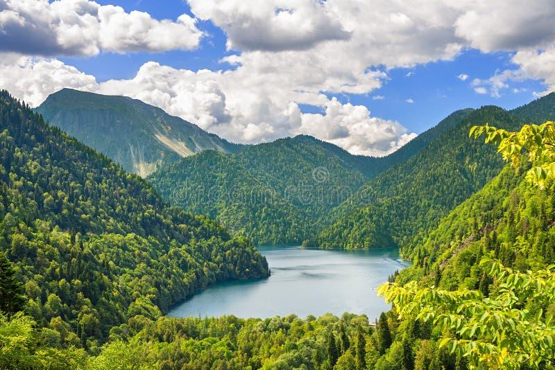 Het berglandschap van de zomer met het hooglandmeer stock afbeeldingen