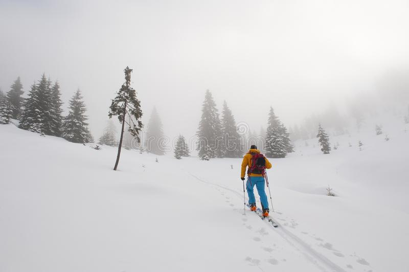 Het bergopwaartse skitouring op een mistige dag royalty-vrije stock foto