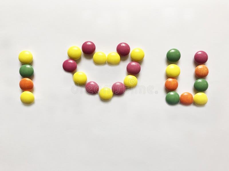 Het bericht dat ik van u houd welke van kleurrijke snoepjes wordt gemaakt stock afbeeldingen