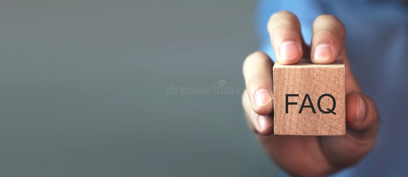 Het bericht van de mensenholding FAQ op houten kubus Vaak gestelde vragen royalty-vrije stock afbeeldingen
