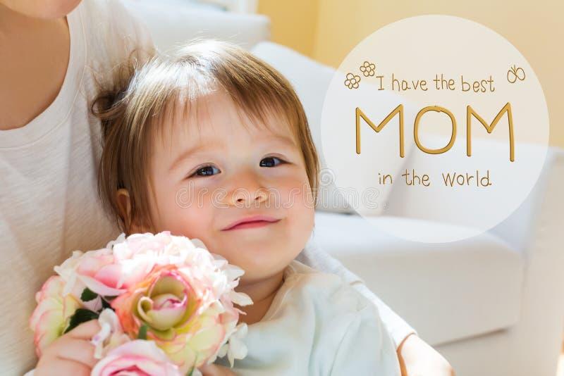 Het bericht van de moeder` s Dag met peuterjongen met zijn moeder royalty-vrije stock afbeelding