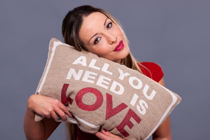 Het bericht van de valentijnskaartendag met hoofdkussen allen u wenst is liefde stock fotografie