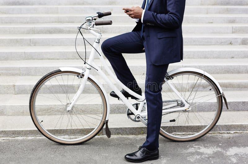 Het berijden om aan fiets te werken royalty-vrije stock afbeeldingen