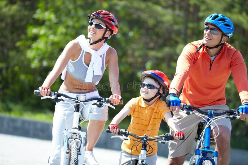 Het berijden op fietsen stock foto