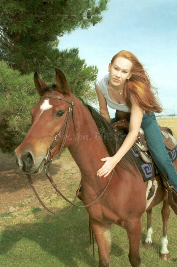 Het Berijden Van De Vrouw Paard Royalty-vrije Stock Afbeeldingen