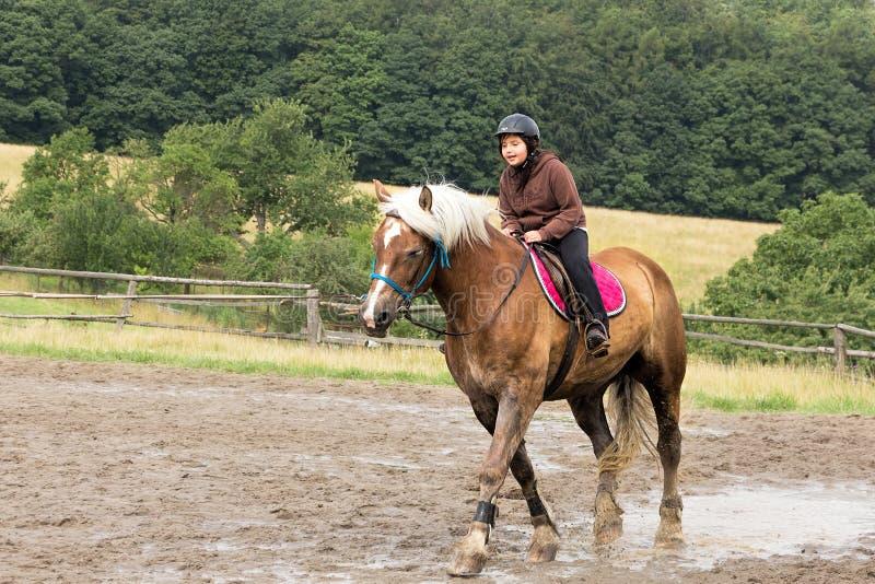Het berijden van een paard stock foto's