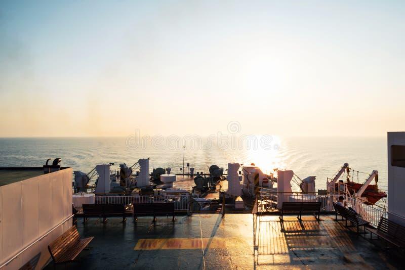 Het berijden van een veerboot van Osaka aan Beppu, Japan bij zonsopgang Het toenemen Zon stock fotografie