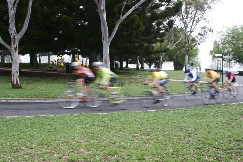 Het berijden van fietsers stock afbeeldingen