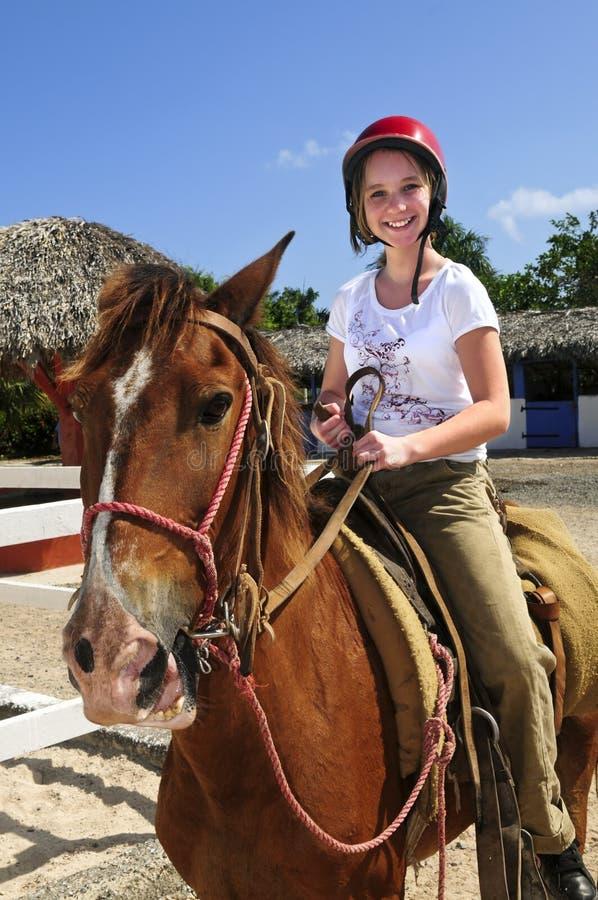 Het berijden van het meisje paard royalty-vrije stock afbeeldingen