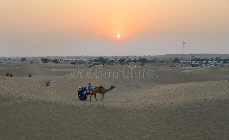 Het berijden van kameel op de Woestijn van Thar in Jaisalmer, India stock fotografie