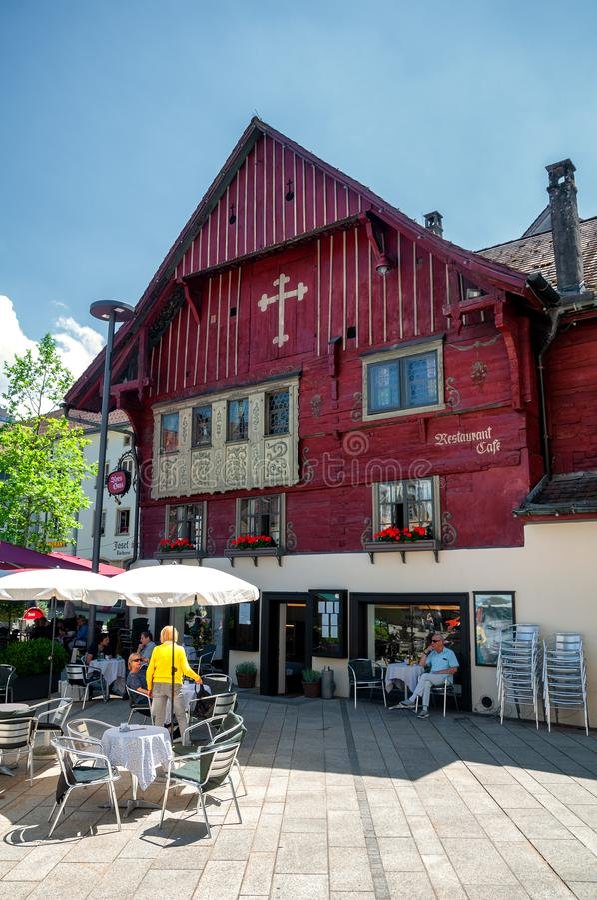 Het beroemde 'rode huis van Rotes Haus in Dornbirn, Oostenrijk stock afbeeldingen