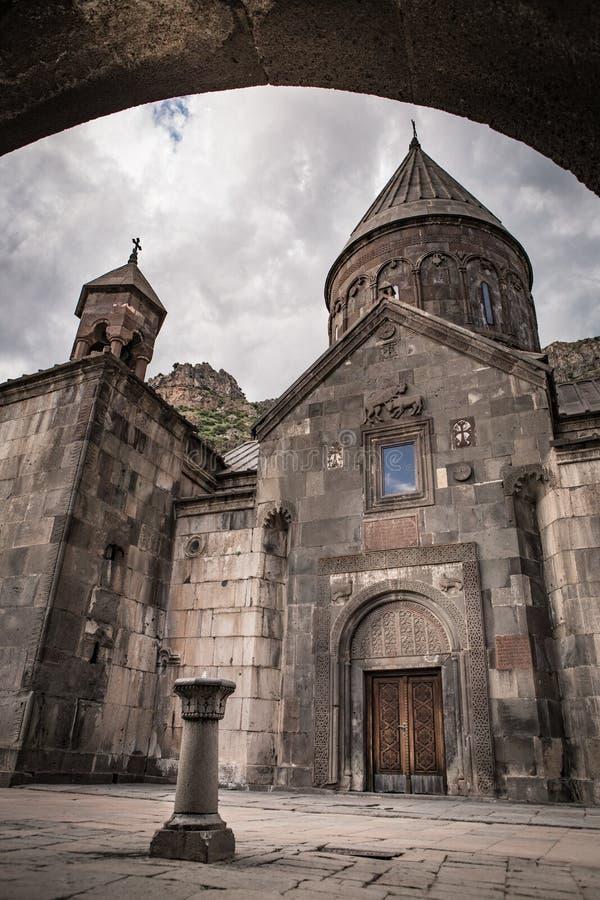 Het beroemde die kluisklooster Geghard, in de bergen van Armenië wordt gevestigd royalty-vrije stock foto's