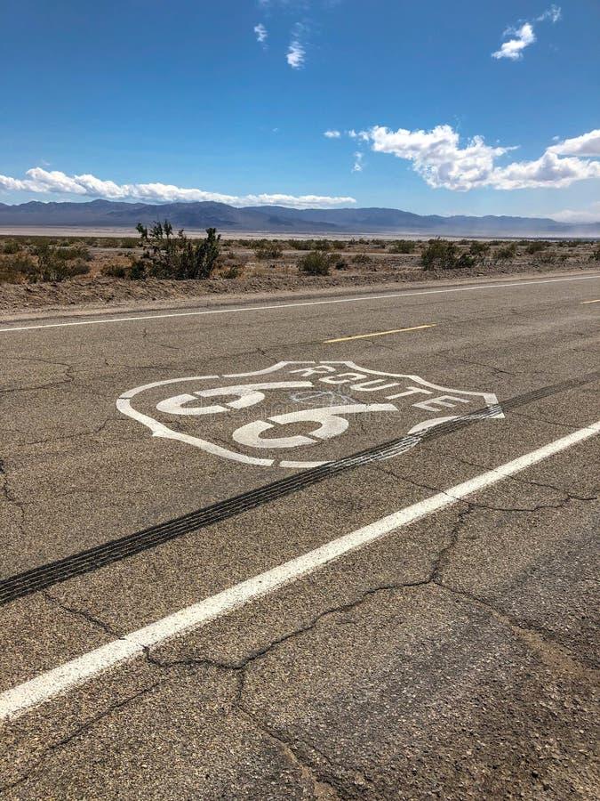 Het beroemde die Route 66 -embleem op Route 66 wordt geschilderd royalty-vrije stock foto's