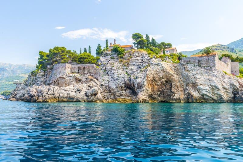 Het beroemde Eiland Sveti Stefan in Adriatische overzees dichtbij Budva montenegro stock afbeelding