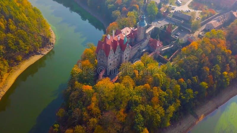 Het beroemde oriëntatiepunt van het Wawelkasteel in Krakau Polen Schilderachtig landschap op kustrivier Wisla De herfstzonsonderg stock foto's