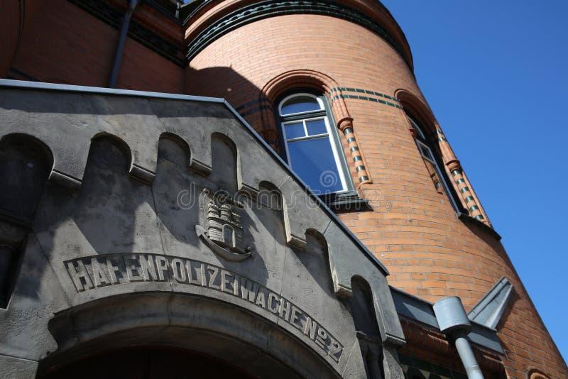 Het beroemde Politiebureau genoemd Hafenpolizeiwache Nr 2 bij Elbe Rivier in Hamburg duitsland stock fotografie