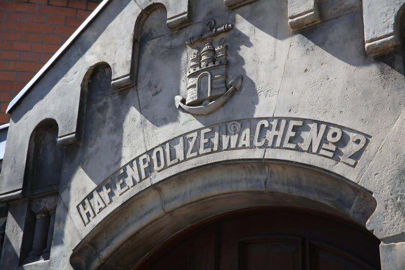 Het beroemde Politiebureau genoemd Hafenpolizeiwache Nr 2 bij Elbe Rivier in Hamburg duitsland stock foto's