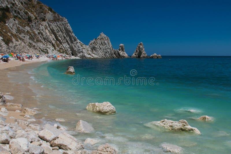 Het beroemde strand van twee zustersle gepaste sorelle in Riviera del Conero royalty-vrije stock foto
