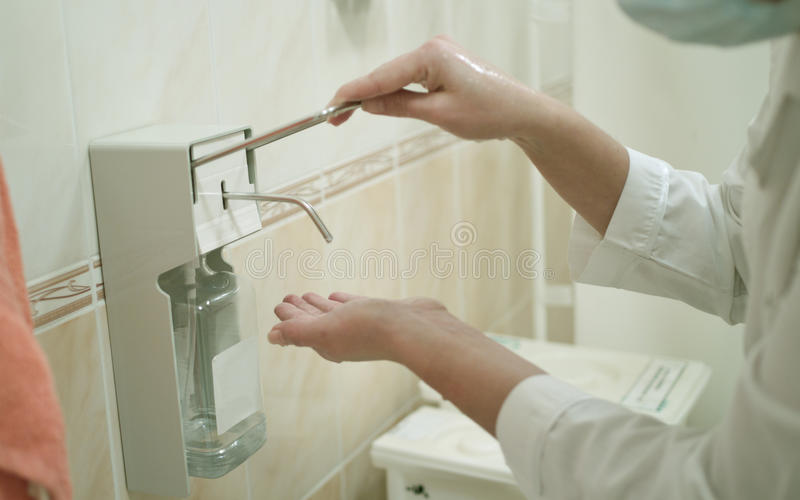 Het beroepsarbeider die van de gezondheid haar handen wast stock afbeeldingen