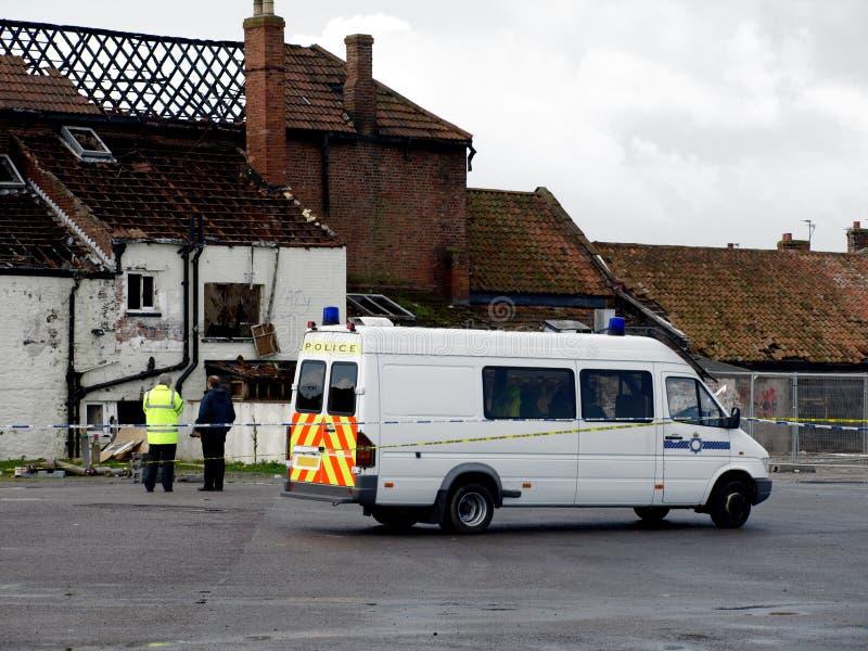 Het Beschadigde Huis van de Scène van de misdaad Brand met politie royalty-vrije stock afbeelding