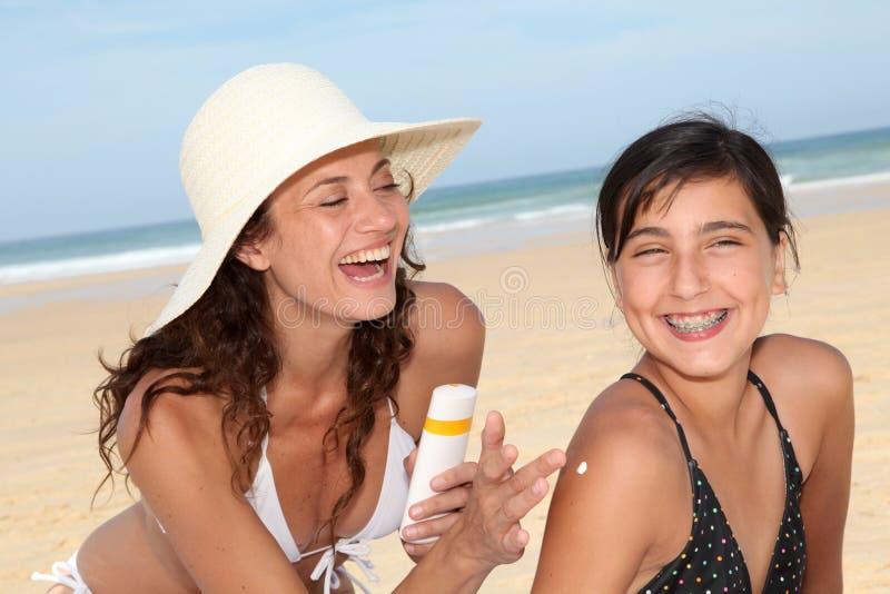 Het beschermen van kinderen tegen de zon stock afbeeldingen