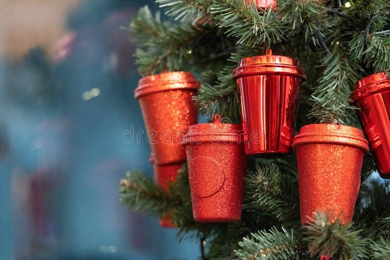 het beschikbare document glas hangt op een huwelijksboom in een koffie Originele Kerstmisdecoratie in de cafetaria stock afbeeldingen
