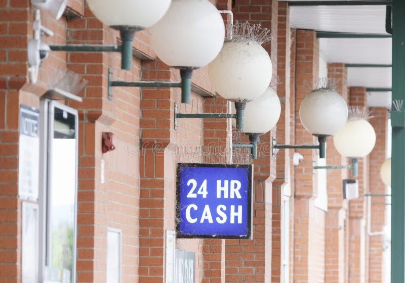 het beschikbare teken van het 24 uurcontante geld boven ATM-machine bij winkelwandelgalerij royalty-vrije stock fotografie