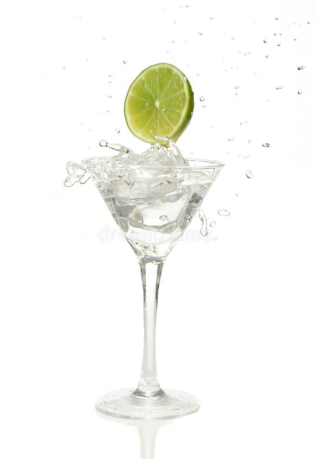 Het bespatten van de kalk in een cocktail royalty-vrije stock afbeeldingen