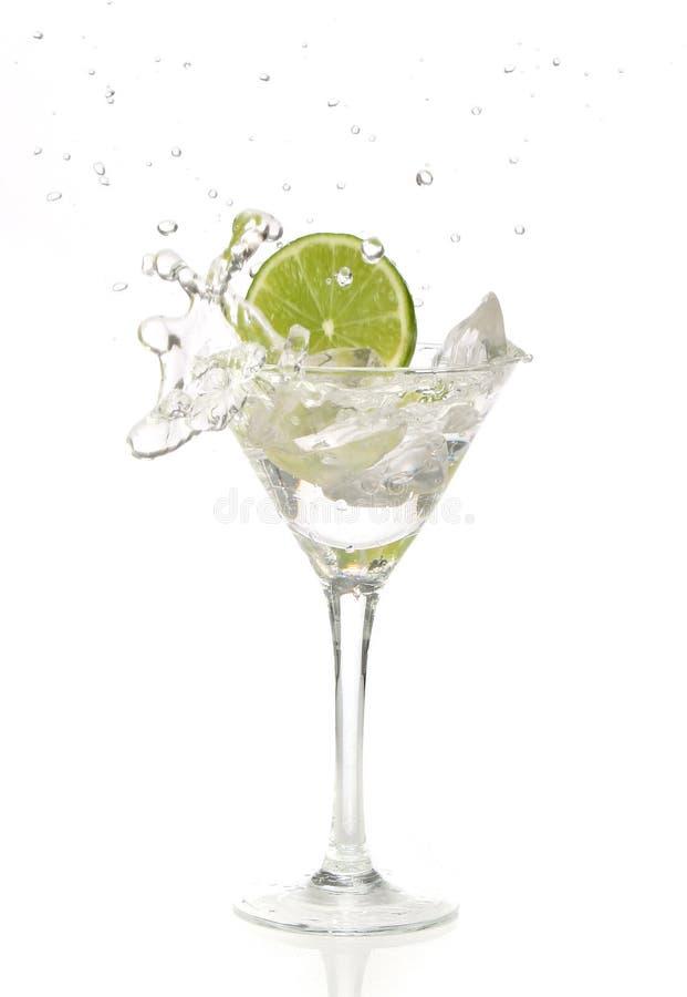 Het bespatten van de kalk in een cocktail stock fotografie