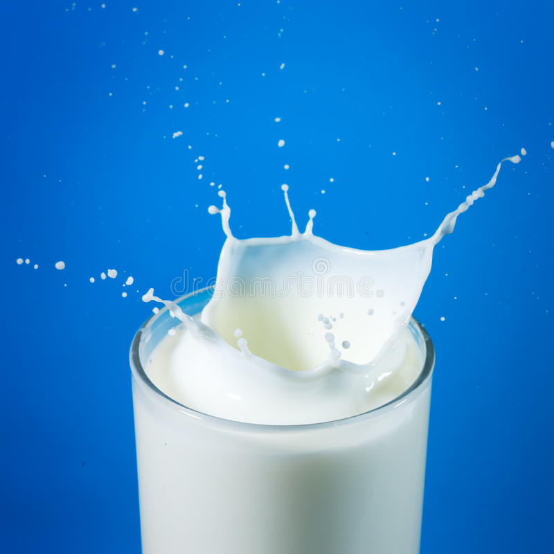 Het bespatten van de melk in glas royalty-vrije stock foto's