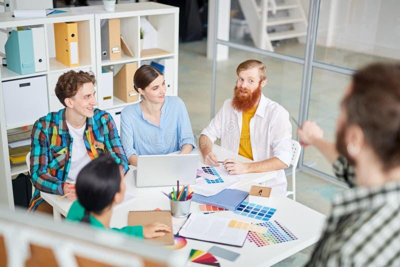 Het bespreken tijdens een vergadering royalty-vrije stock afbeelding
