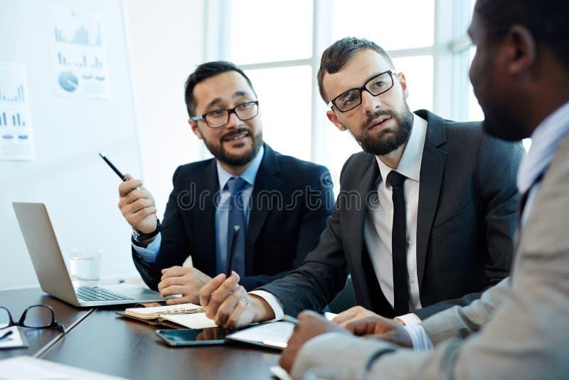 Het bespreken van Contractdetails met Partners royalty-vrije stock afbeelding