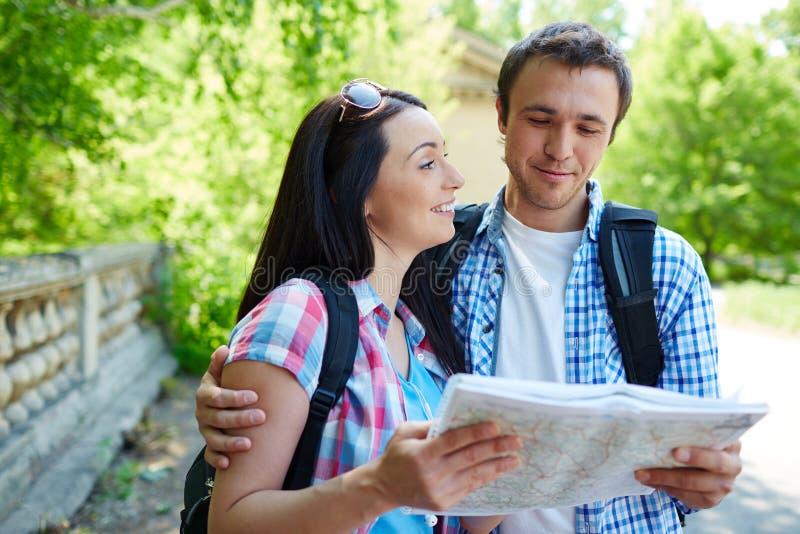 Het bespreken van de route stock foto