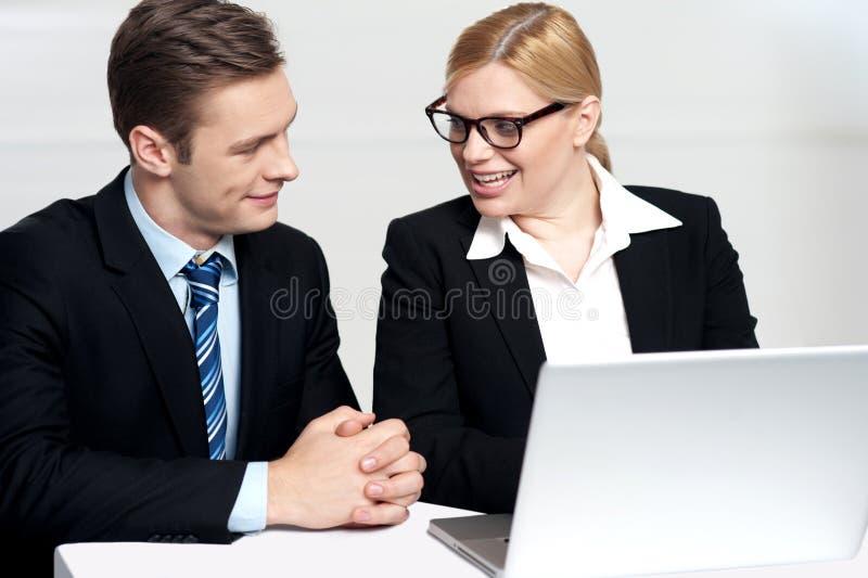 Het bespreken van de zakenman behandelt secretaresse stock fotografie