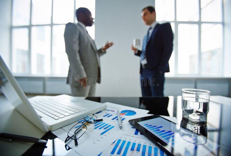 Het bespreken van financiële kwesties stock foto