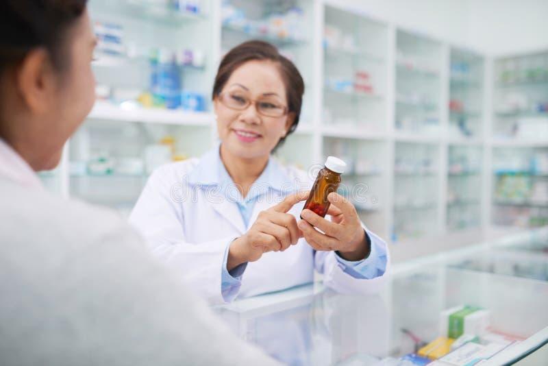Het bespreken van geneeskunde met cliënt royalty-vrije stock foto's