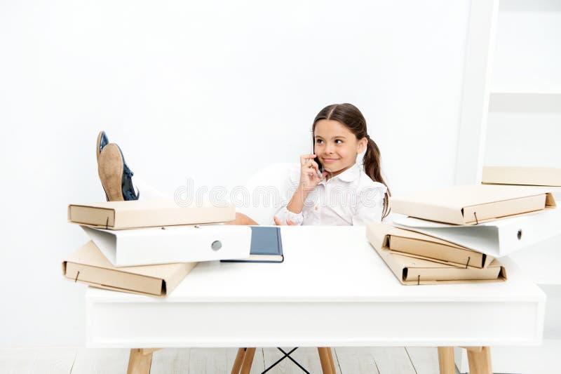 Het bespreken van geruchten Leuk roddelmeisje Schoolmeisje het glimlachen het gezicht bespreekt verse roddels met partners Smartp stock foto's