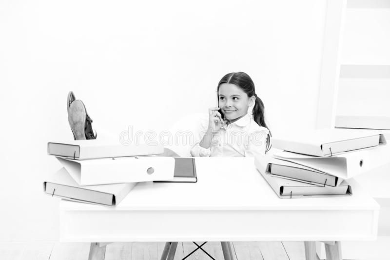 Het bespreken van geruchten Leuk roddelmeisje Schoolmeisje het glimlachen het gezicht bespreekt verse roddels met partners Smartp stock afbeelding