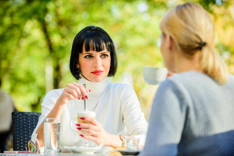 Het bespreken van geruchten Vertrouwende mededeling Vriendschapszusters Vriendschapsvergadering Dichtste mensen De meisjesvriende royalty-vrije stock afbeelding
