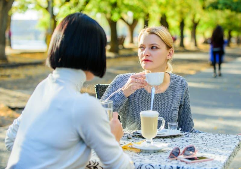 Het bespreken van geruchten Vertrouwende mededeling Vriendschapszusters Vriendschapsvergadering Vrouwelijke vrije tijd De meisjes royalty-vrije stock foto