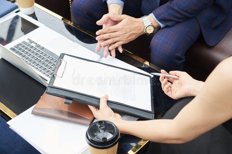 Het bespreken van partnerschapsovereenkomst royalty-vrije stock afbeelding