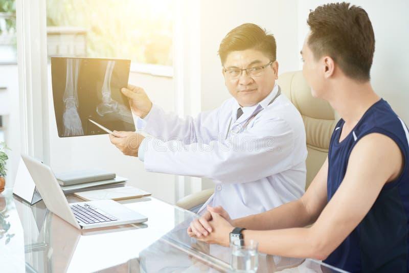 Het bespreken van röntgenstraal stock afbeeldingen