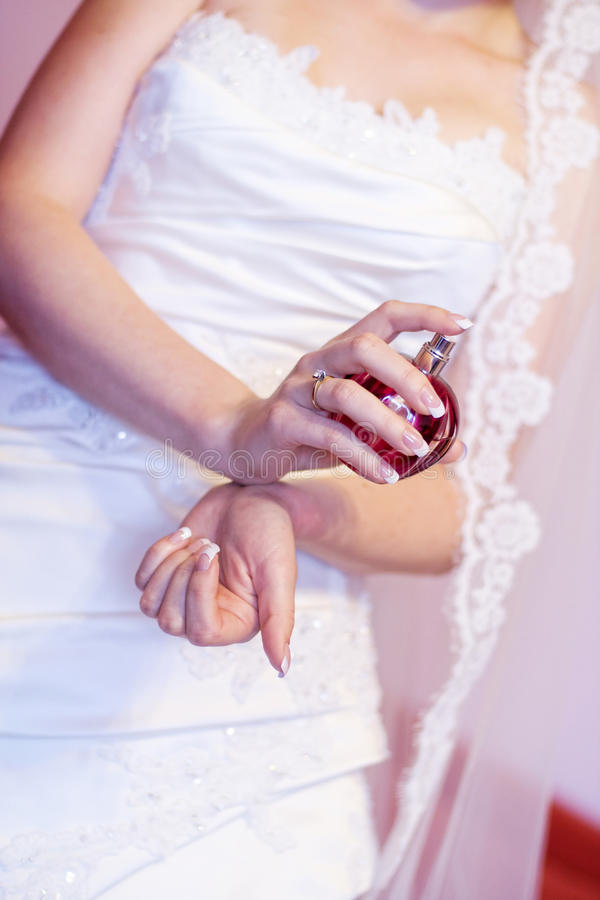 Het bespuitende parfum van de bruid stock afbeelding