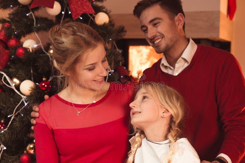 Het besteden Kerstmis thuis stock foto's