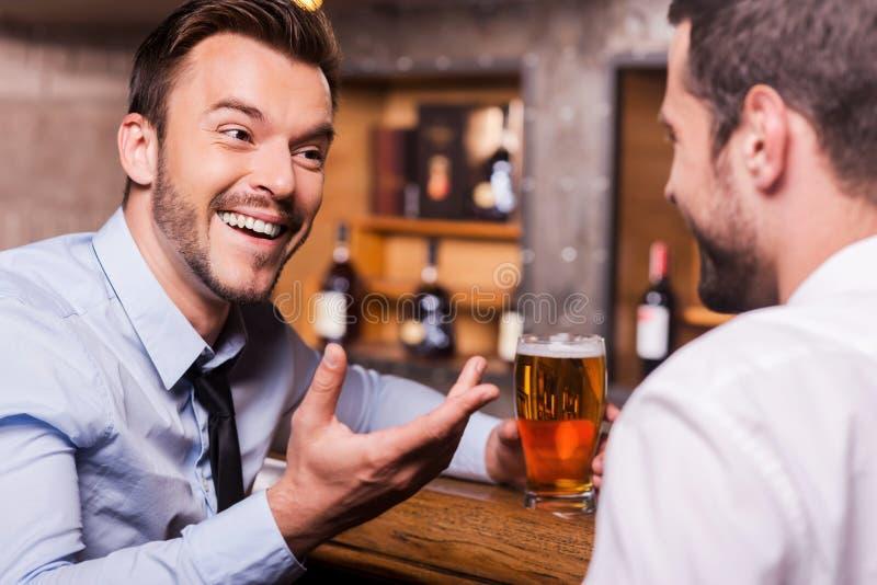 Het besteden Vrijdag nacht in bar royalty-vrije stock foto